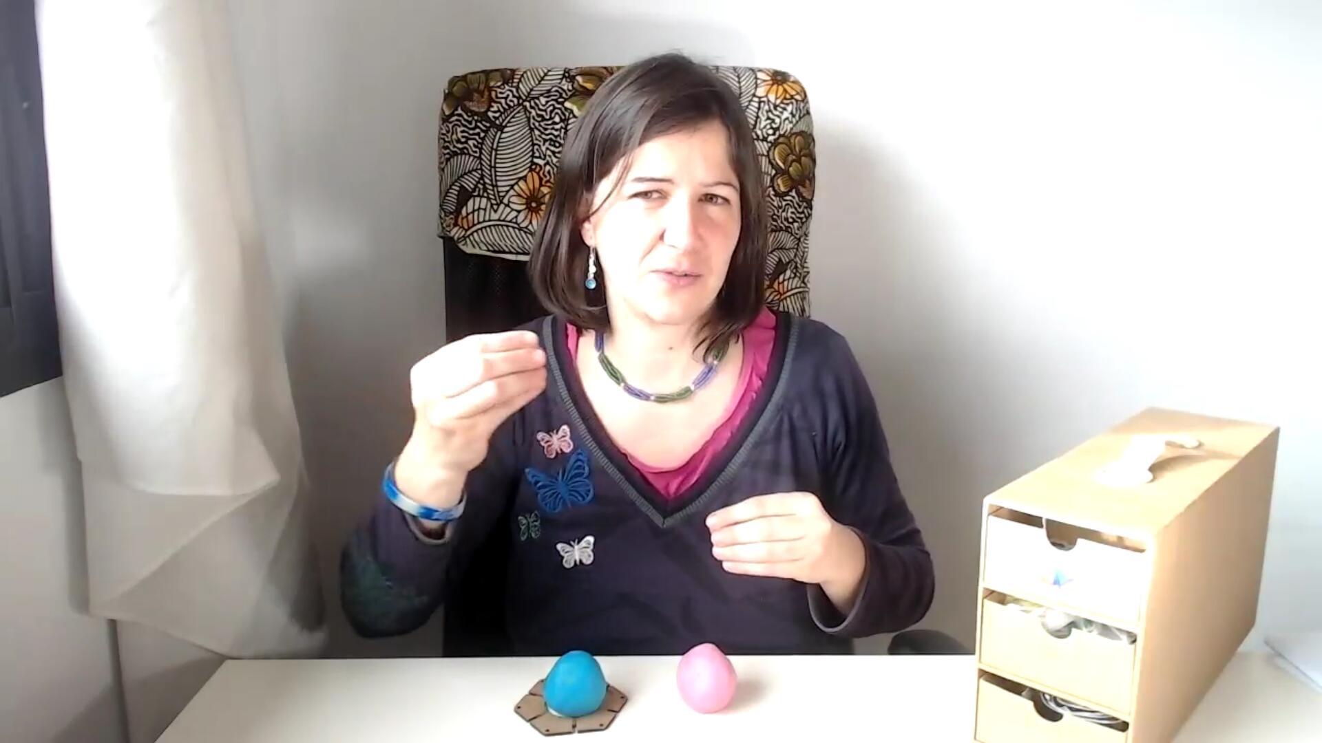 Crianza respetuosa abstracta: aprendizaje a través del juego bolas de plastilina